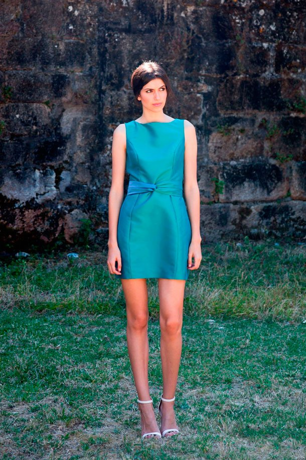Chica joven con vestido corto tornasol verde