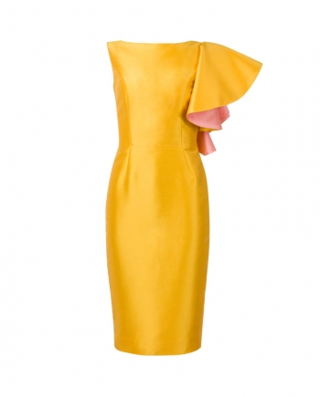 Vista fronal del vestido midi con volante en hombro
