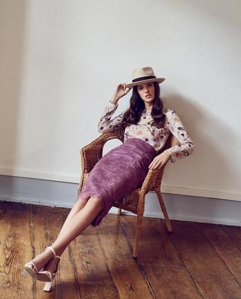 Modelo sentada con de falda tubo midi de encaje