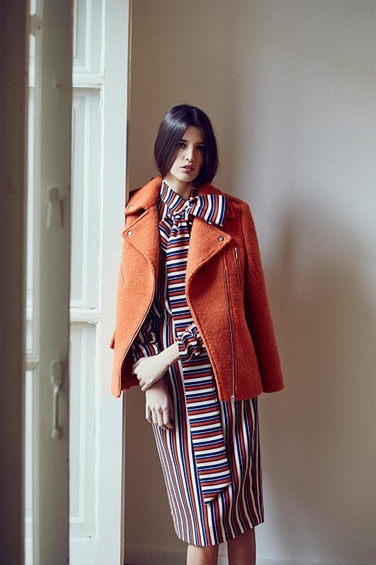 Modelo apoyada en ventana con vestido midi estampado manga japonesa