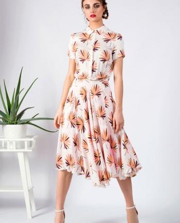 Modelo con vestido camisero midi estampado
