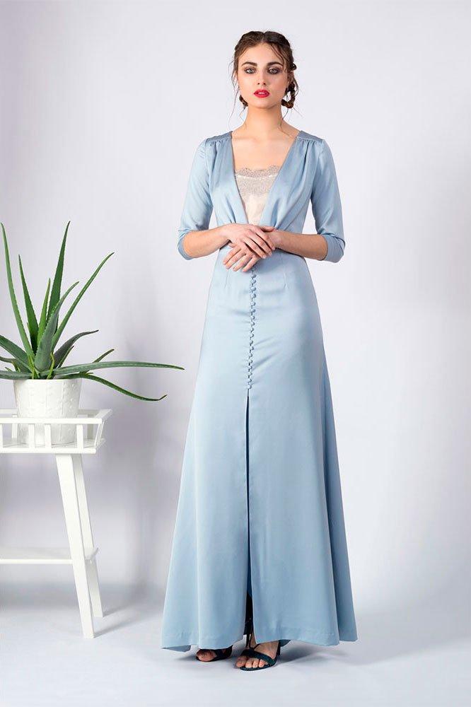Vista frontal vestido largo con botones forrado
