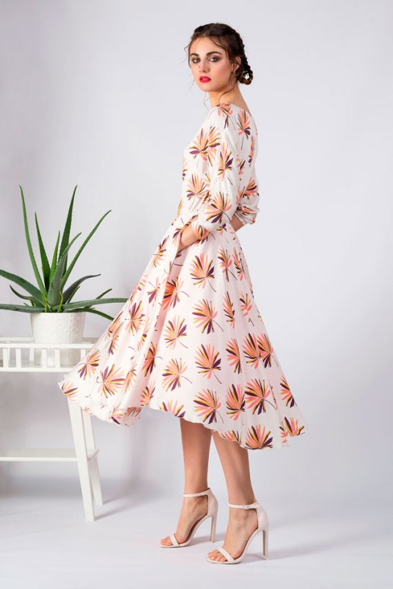 Modelo con vestido midi vuelo flores retro manga japonesa en movimiento