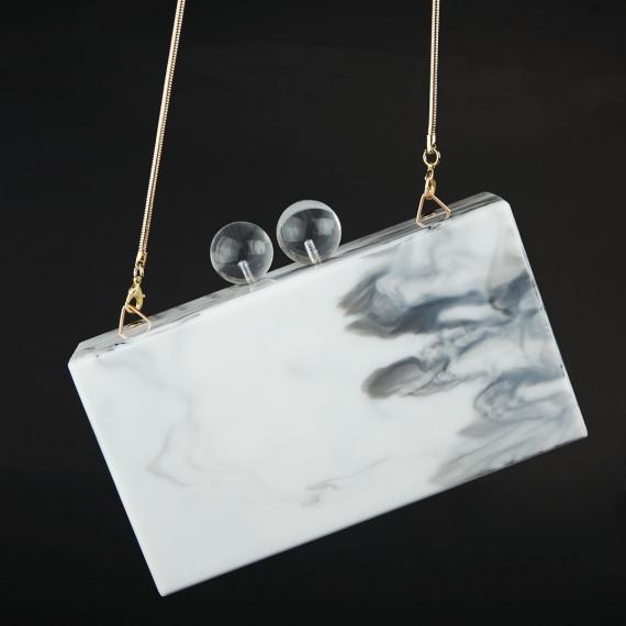 Clutch efecto mármol sobre fondo negro
