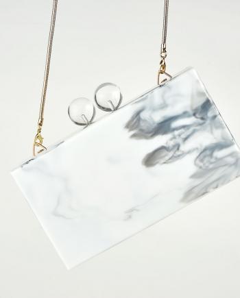 Clutch efecto mármol con cierrre de 2 bolas