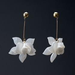 Pendientes orquídea nácar blanco sobre fondo negro