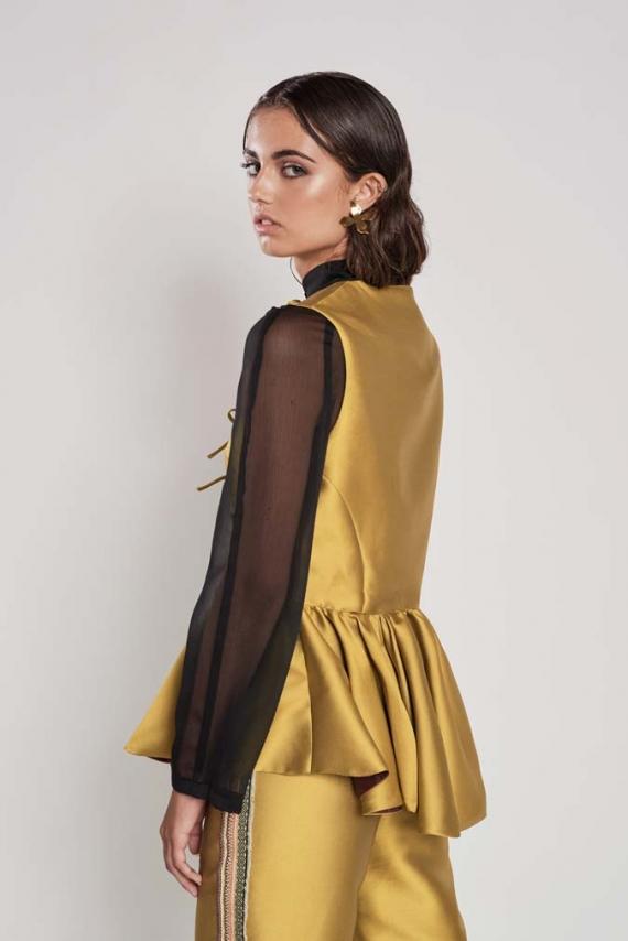 Chaleco confeccionado en Tussor Chanel color aceite con bajos de vuelo asimétrico.