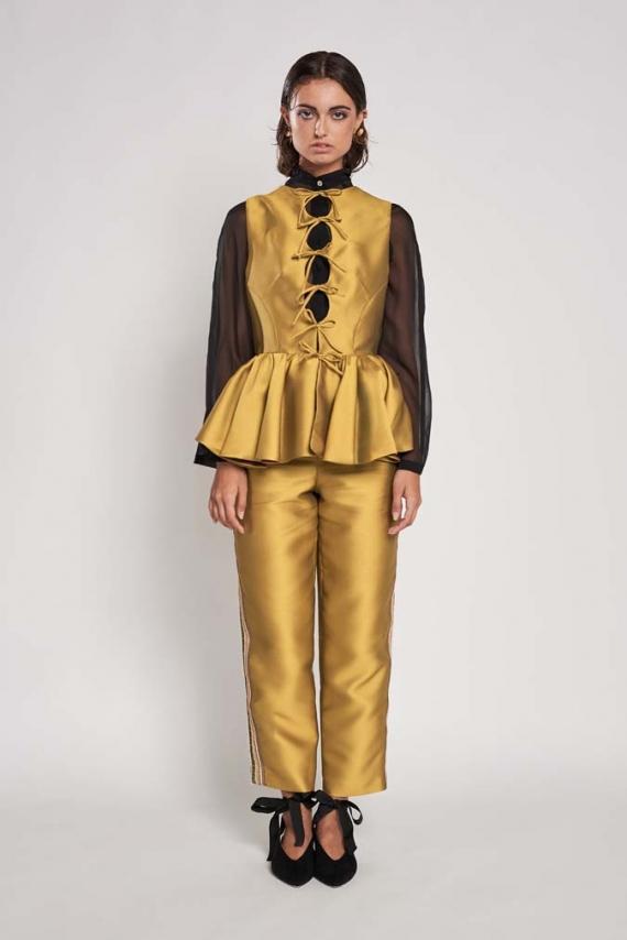 Pantalón tobillero en Tussord Chanel color aceite con cinta bordada multicolor en lateral.