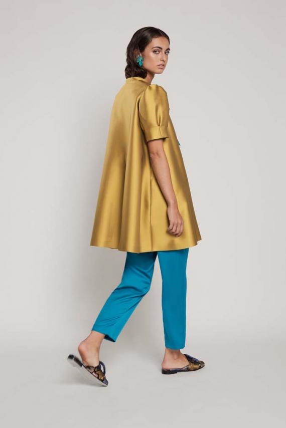 Pantalón pitillo de cintura alta confeccionado en crepe satén.