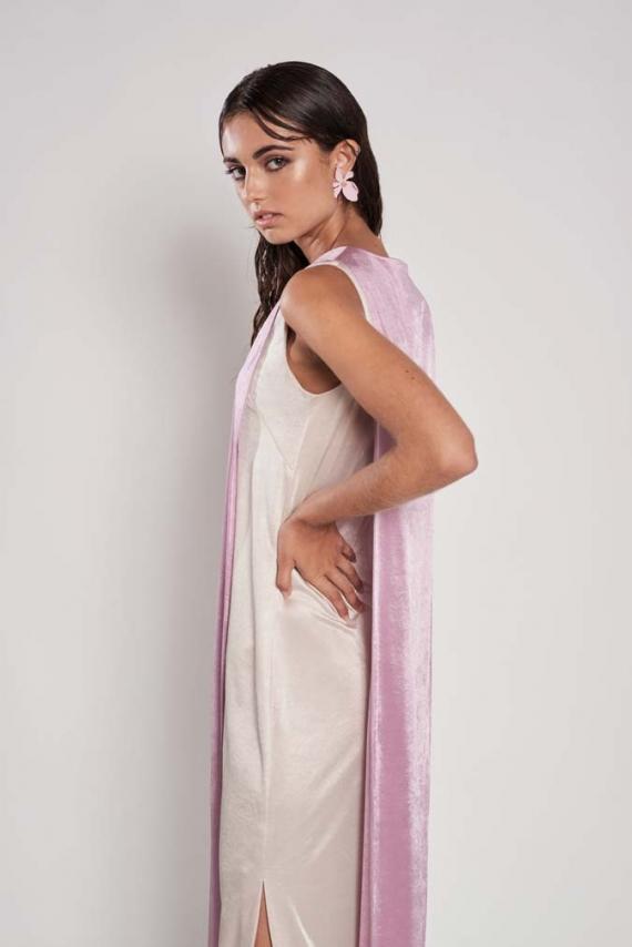 Vestido de sisas de corte minimalista, con aberturas laterales y cremallera invisible en centro espalda.